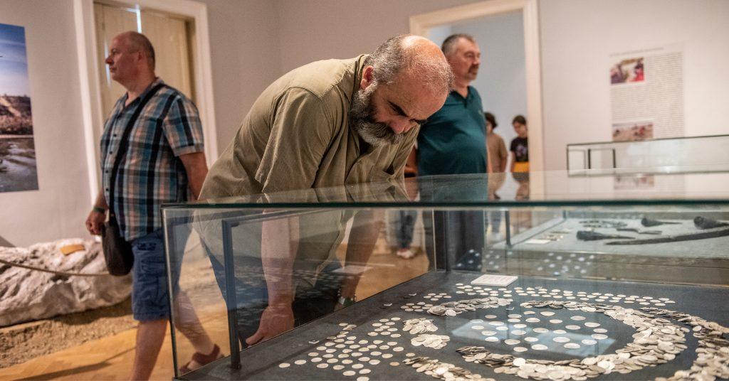 Tárlatvezetés   Kincskeresés, kaland, tudomány. Közösségi régészeti projektek Pest megyében